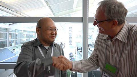 Datuk Danon Han (left) sealing the deal with AVShowrooms' Peter Breuninger
