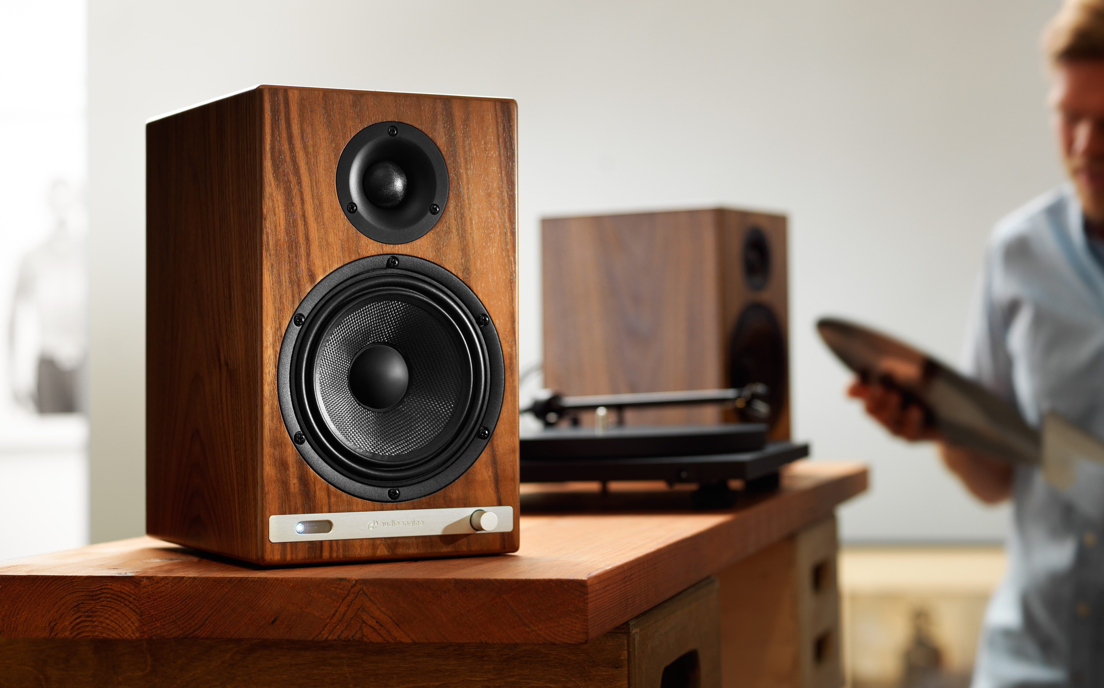 The Smart and Retro HD 6, in its walnut finish