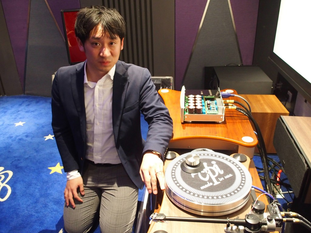 DS Audio CEO Tetsuaki Aoyagi demo-ing his optical cartridge.