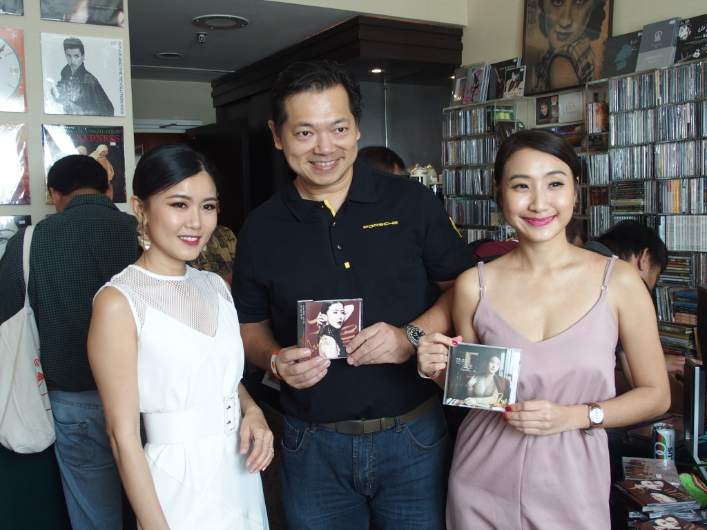 pop pop factory's artistes May Mow and Z Yan posing with a fan.