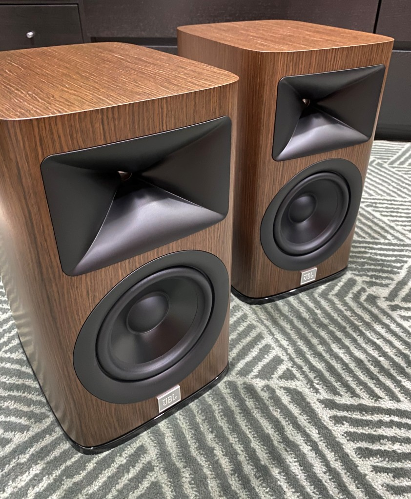The HDi-1600 has a rather adult aesthetic with clean lines and a somewhat muscular look which keeps to the JBL image.